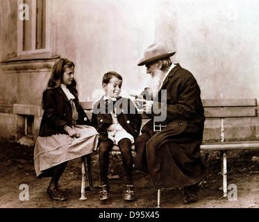 Léon Tolstoï (1828-1910) écrivain russe, philosophe et mystique, racontant une histoire à ses petits-enfants. Photographie. Banque D'Images