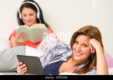 Meilleurs amis le repos et la lecture dans leur chambre Banque D'Images
