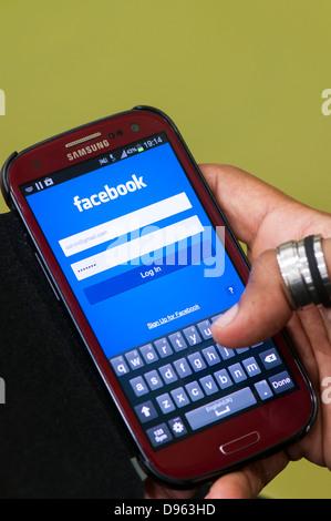 Écran de connexion Facebook sur téléphone mobile Banque D'Images