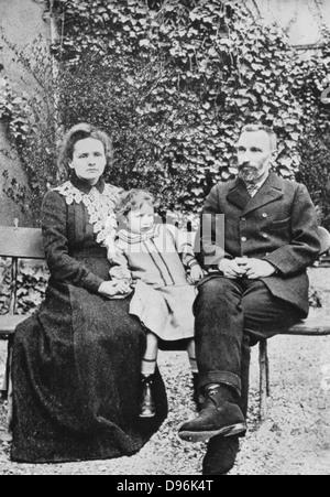 Marie (1867-1934) et Pierre Curie (1859-1906). Avec leur fille aînée Irene en 1904, Banque D'Images