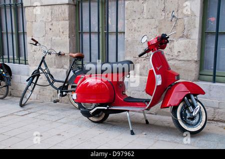 Bicyclettes et scooters Vespa garé à Gand, Belgique Banque D'Images