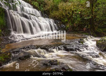 Purakaunui Falls, une attraction touristique majeure dans la région de Catlins d'Otago, en Nouvelle-Zélande.
