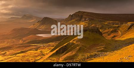 Lumière sur le Quiraing tempête sur l'île de Skye, en Ecosse. L'automne (novembre) 2012. Banque D'Images