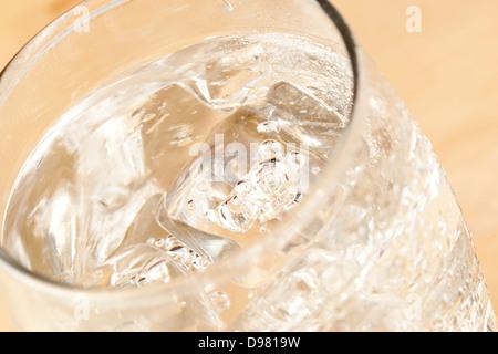 L'Eau Claire fraîche dans un verre sur un fond Banque D'Images