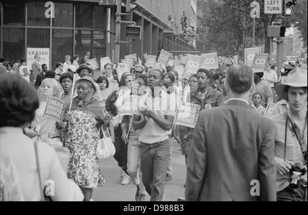 Poor People's Mars à Lafayette Park et sur Connecticut Avenue. Personnes qui défendent et portant des signes, 18 Banque D'Images
