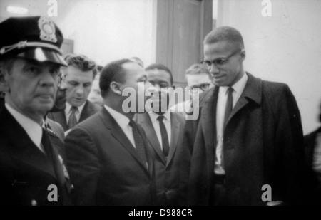 Martin Luther King Jr (1929-1968) et Malcolm X (Malcolm Little - 1925-1965) en attente d'une conférence de presse, Banque D'Images