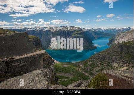 Trolltunga, Troll's tongue rock, au-dessus du lac Ringedalsvatnet, Norvège Banque D'Images