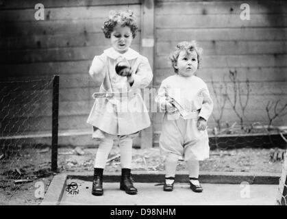 Les survivants de la perte de RMS Titanic: Michel et Edmond Navratil (âgés de 4 et 2), frères français dont le Banque D'Images