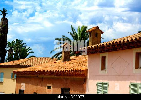 Midi ensoleillée à l'île de Porquerolles - vue sur sol carrelé. La Côte d'Azur, French Riviera Banque D'Images