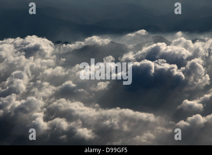 Photographie aérienne sur les Alpes avec les nuages dans la soirée Banque D'Images