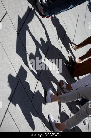 Vue de l'ombre de manifestants brandissant des affiches lors d'une démonstration pour montrer leur solidarité avec Banque D'Images