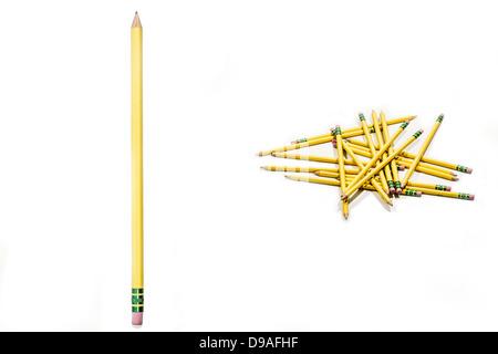 Un arrangement unique de crayons simples sur un fond blanc. Idéal pour un retour à l'école ou au bureau thème. Banque D'Images