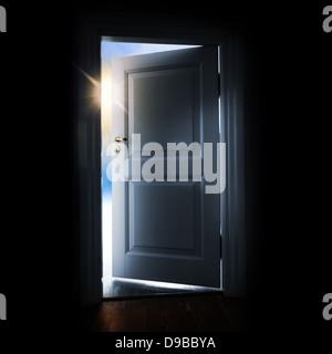 Ouverture porte bleue dans une pièce sombre avec lumière et du ciel à l'extérieur Banque D'Images