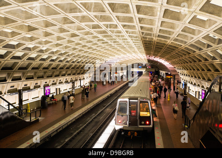 Les banlieusards attend pour metro, Washington DC, USA Banque D'Images