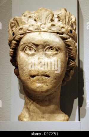 Tête en pierre calcaire d'un homme barbu, peut-être Jupiter. L'Italien, peut-être des Pouilles. 1200-1300 sculpté.