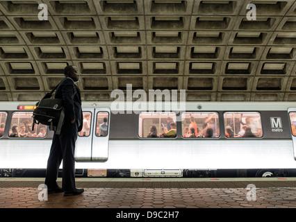 Attend de banlieue, métro, Washington DC, USA Banque D'Images