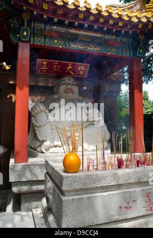 Un Laughing Buddha statue près de l'entrée de l'International Buddhist Temple in Richmond, British Columbia, Canada. Banque D'Images