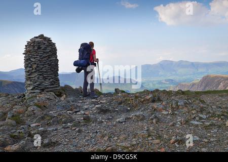 Un randonneur avec un grand sac à dos sur le sommet de la Dale Head, Buttermere Fells dans le Lake District.