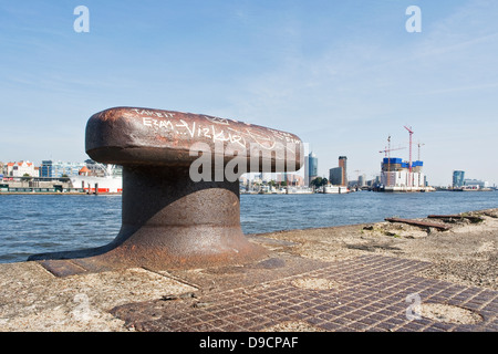 Pile dans le port d'Hambourg à l'oeil à l'Elbphilharmonie originaires