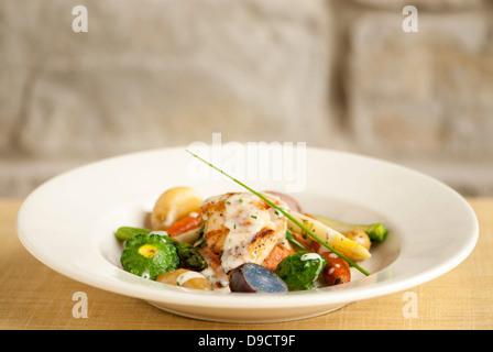 Le saumon grillé et légumes. Banque D'Images