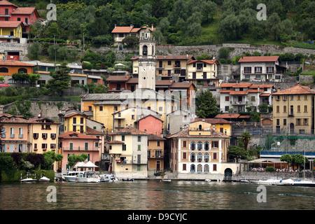 Maisons bordant le lac de Côme en Italie du nord Banque D'Images