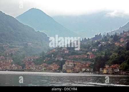 Montagnes voler au-dessus des villages le long des rives du lac de Côme en Italie du Nord Banque D'Images