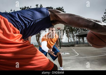 Les jeunes joueurs de basket-ball jouant sur cour, Close up