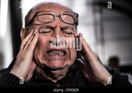 Man avec les yeux fermé, porter des lunettes, à souligné Banque D'Images
