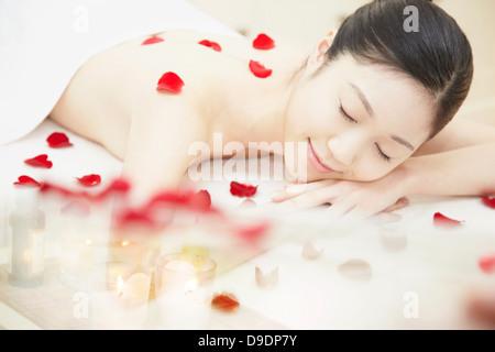 Recouverte de pétales de rose