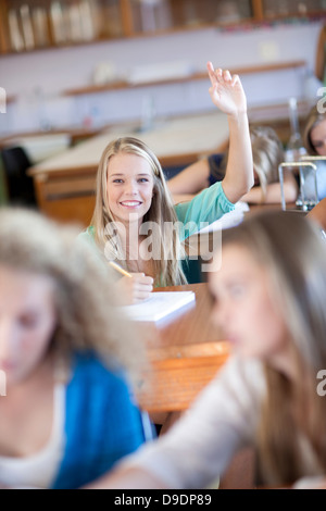 Posant ses mains jusqu'aux étudiants Banque D'Images