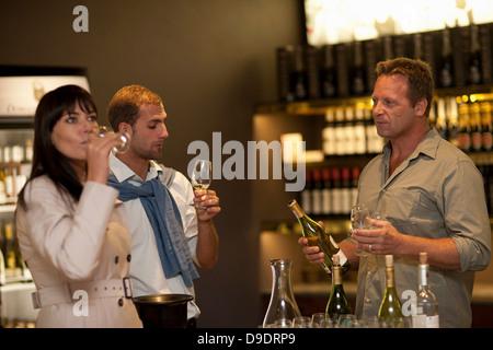 La dégustation du vin au vignerons shop Banque D'Images