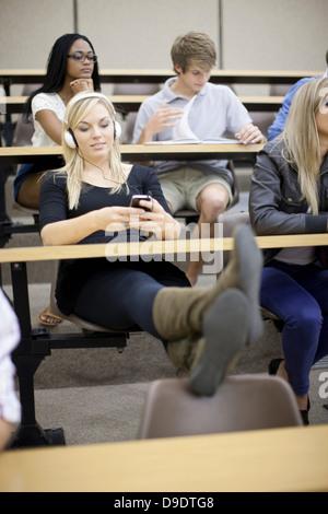 Les élèves en lecture Banque D'Images