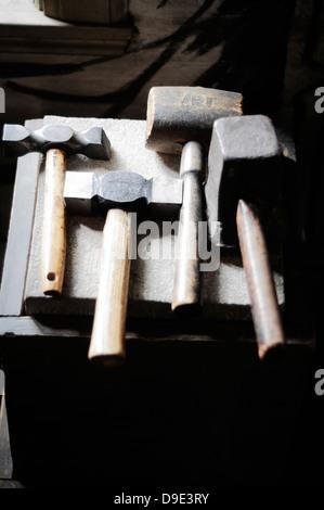 Une collection de vieux marteaux et maillets
