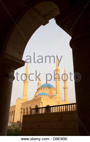 Mohammad Al-Amin mosquée de la Place des Martyrs, vu de l'arches de Saint Georges, La Cathédrale Orthodoxe, Beyrouth, Banque D'Images