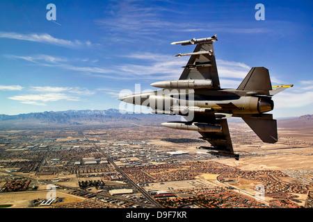 Un avion de chasse se brise à droite sur une approche finale au-dessus du nord de Las Vegas, Nevada.