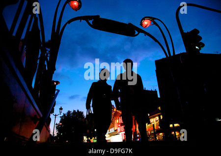 Entrée de métro, Montmartre, Moulin Rouge avec en arrière-plan, Paris, France Banque D'Images