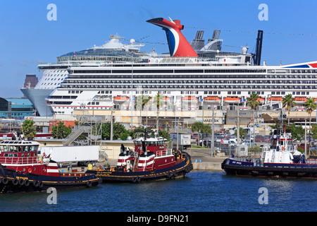 Des remorqueurs et des navires de croisière de Port Everglades, Fort Lauderdale, Florida, USA Banque D'Images