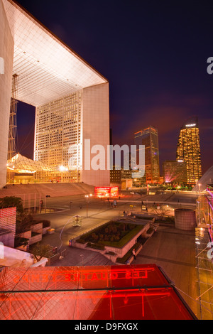Des tours d'immeubles de bureaux et La Grande Arche de La Défense dans le salon la nuit, Paris, France
