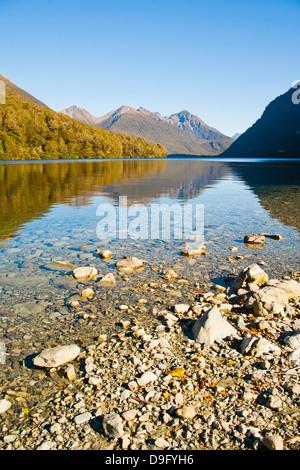 Reflet de la montagne dans le lac Gunn, Fiordland National Park, site du patrimoine mondial de l'UNESCO, l'île du Banque D'Images