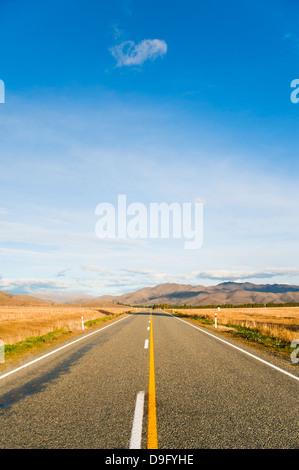 Longue route en ligne droite dans l'Otago, île du Sud, Nouvelle-Zélande Banque D'Images