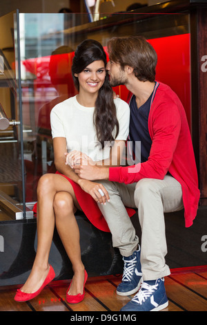 Couple romantique dans un restaurant Banque D'Images