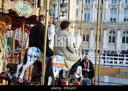 Carrousel en face de l'Hôtel de Ville (mairie), Paris, France - Jan 2012