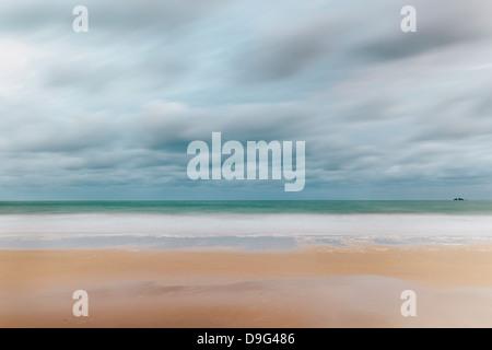 Carbis Bay Beach à la recherche de Godrevy Point à l'aube, St Ives, Cornwall, England, UK Banque D'Images