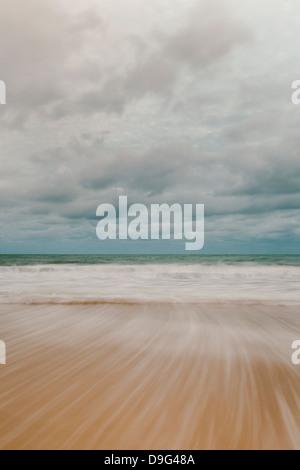 Motion de la marée sur la plage de Carbis Bay, St Ives, Cornwall, England, UK Banque D'Images