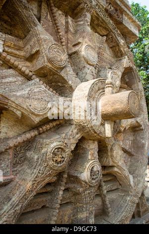 Close up of stone, rayons de la roue et l'axe de l'essieu en coin au Temple du Soleil, Konark, Orissa, Inde, Asie Banque D'Images