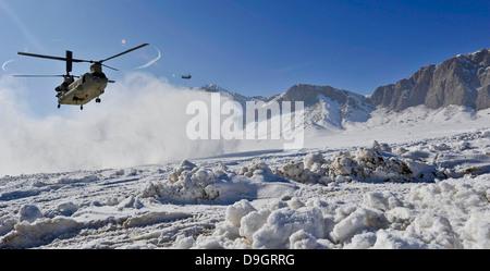 Neige vole comme un CH-47 Chinook de l'armée américaine se prépare à terre. Banque D'Images