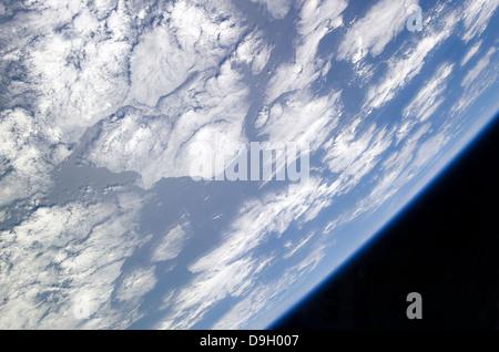 Une partie bleu et blanc de la Terre et de la noirceur de l'Espace vu de la terre l'orbite de la navette spatiale Banque D'Images
