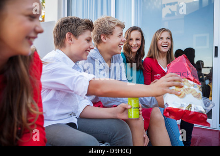 Friends enjoying fast food ensemble Banque D'Images