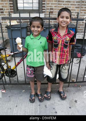 Les garçons bangladais dans 'Little Bangladesh' dans la section de Kensington Brooklyn, New York. Banque D'Images