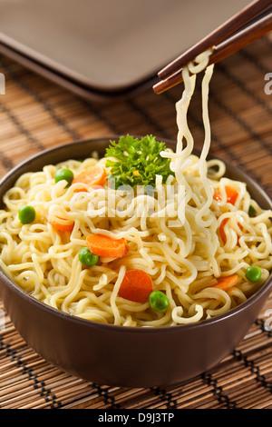 Des nouilles Ramen rapide avec les carottes et les petits pois Banque D'Images